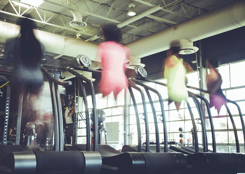 donne che corrono sul tapis roulant