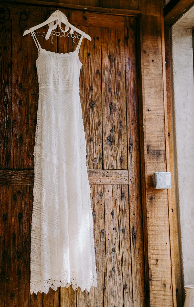 abito da sposa appeso alla porta della stanza