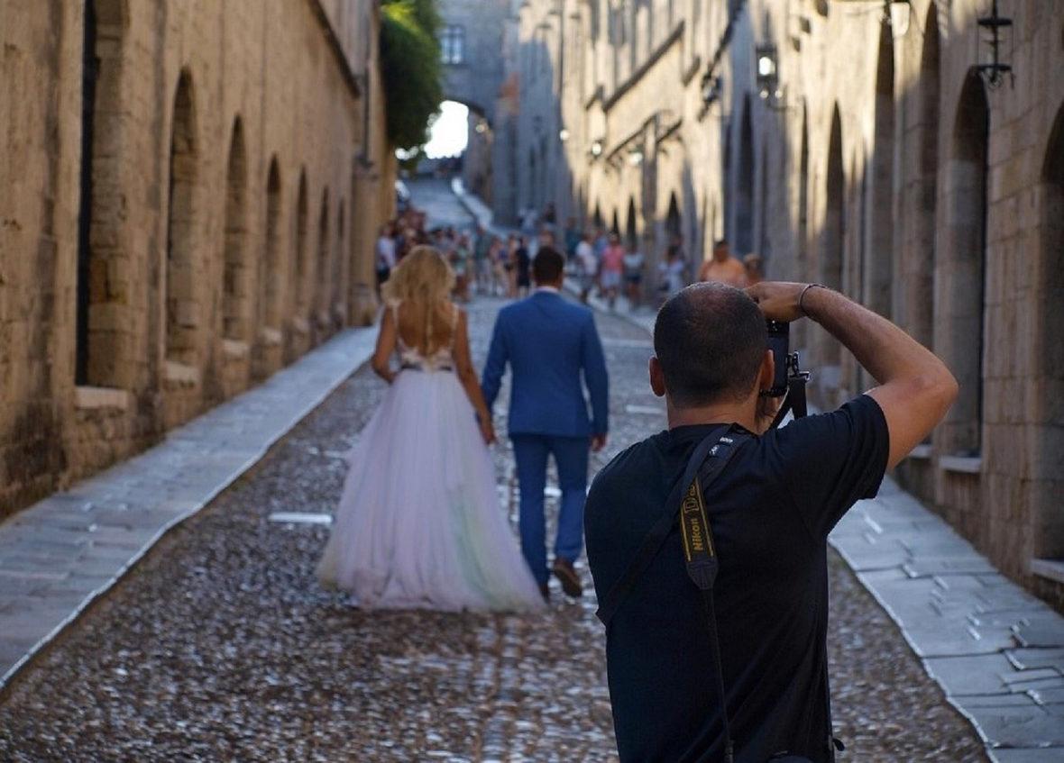 fotografia di matrimonio di sposi in una strada cittadina