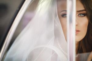 sposa che guarda fuori il finestrino dell'auto