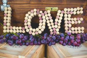 scritta love creata con tappi di sughero