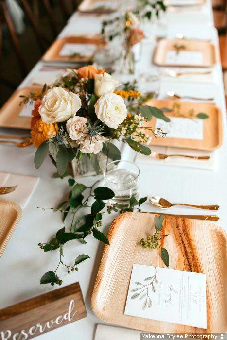 allestimento di una tavola con piatti in legno