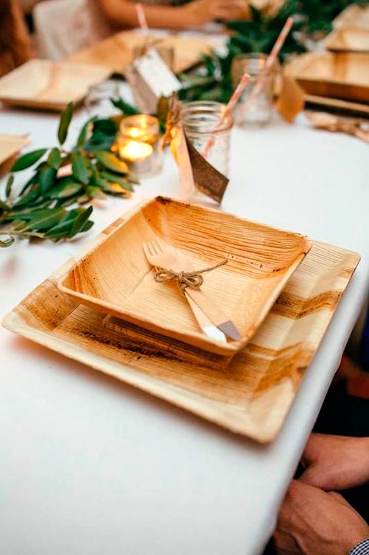 set di stoviglie ecologiche di piatti in legno con posate in legno al centro