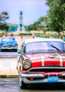 macchina tipica di Cuba di color rosso e dietro una di colore blu