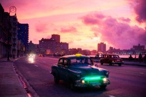 taxi a l'Havana - Cuba che percorre le strade al tramonto di color rosa