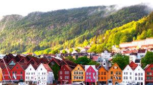 case caratteristiche della Norvegia di vari colori con montagne sullo sfondo