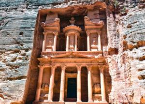 tempio scavato nella roccia a Petra in Giordania