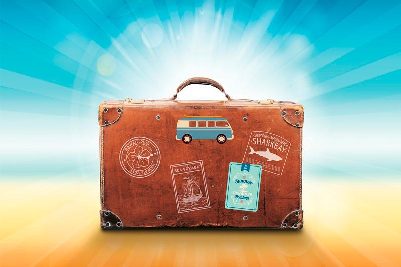 vecchia valigia di pelle marrone con adesivi